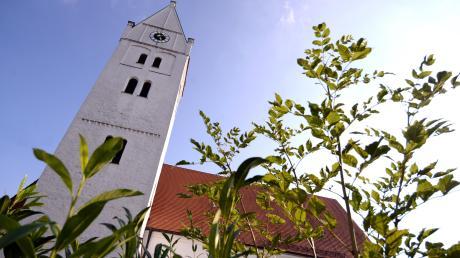 Die Pfarrkirche St. Johannes Baptist hat den ältesten Kirchturm im Landkreis Neu-Ulm vorzuweisen. Teile des Turms sind romanisch und stammen etwa aus dem Jahr 1230.