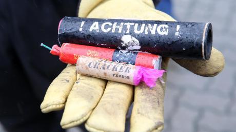 Mit 150 Kilo Böllern im Kofferraum haben sich zwei Männer in ihrem Wagen in der Oberpfalz überschlagen. Sie waren vor der Polizei geflüchtet und von der Fahrbahn abgekommen.