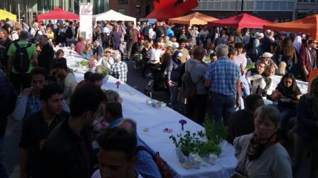 """DAs Straßenfest zum """"Tag des Flüchtlings"""" in der Ulmer Neuen Mitte lockte am Freitag zahlreiche Besucher an."""