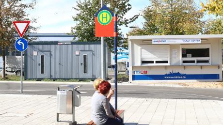 Nach und nach soll der zuvor recht schmuddelige Fernbusbahnhof in Böfingen schöner werden. Inzwischen wurden auch WC-Häuschen dort aufgestellt.