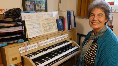 Sigrid Scholz-Grathwohl vor ihrem Instrument. Sie spielt seit 50 Jahren die Orgel – erst in Aalen und seit ihrer Heirat und dem Umzug nach Gerlenhofen in unserer Region.