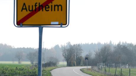 Die Holderstraße mündet in eine Anliegerstraße zum Friedhof.