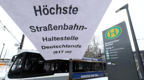 """Der Hinweis an der Haltestelle Botanischer Garten """"Höchste Straßenbahn-Haltestelle in Deutschland (617 m)"""" stammt nicht von der der SWU Verkehr. Der Autor ist aber gut informiert. Tatsächlich liegt besagte Haltestelle laut Plan auf 617,8 Metern über Normalnull."""
