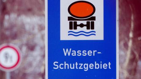 In Wasserschutzgebieten gelten besondere Vorgaben für Landwirte. Dieses Schild weist bei Grafertshofen darauf hin.