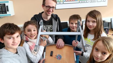 Die Viertklässler um Diplominformatiker Andreas Hallerbach mit der Erfindung der Vorgänger-Gruppe: Dieser Stuhl piept, sobald ein Schüler damit kippelt. Beim zehnten Mal gibt es einen längeren Alarmton.