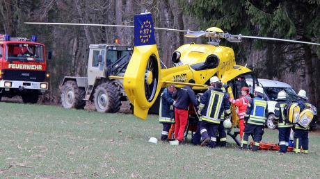 Der lebensbedrohlich verletzte Mann wurde mit dem Rettungshubschrauber in ein Krankenhaus geflogen.