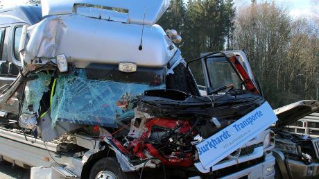 Der Fahrer eines Autotransporters wollte auf die linke Spur der A7 ausweichen. Dabei streifte er nicht nur einen vorausfahrenden Sattelzug, sondern drückte auch ein Fahrzeug, das auf der linken Spur fuhr, gegen die Leitplanke.