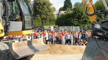 Endlich mehr Platz für die Schüler der Grundschule in Wullenstetten. Beim Spatenstich im September freuten sich die Kinder schon auf die neue Aula und mehr Räume, die dieses Jahr fertig werden sollen.
