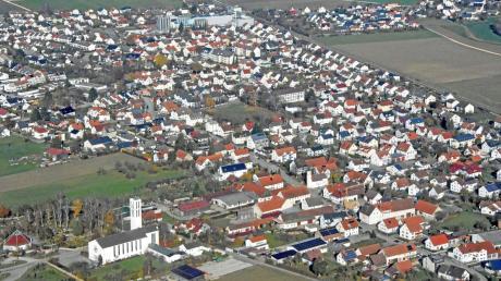Gerlenhofen von oben: Nicht zu übersehen sind die Teigwarenfabrik (hier oben im Bild) sowie die Pfarrkirche St. Maria Königin (unten links zu sehen). In dem Neu-Ulmer Ortsteil wohnten zum 30. Juni 2018 insgesamt 2586 Menschen.