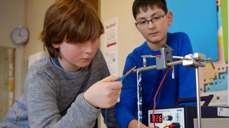 """Sebastian Eisenbarth (links) und Raphael Burger aus Neu-Ulm experimentieren mit elektroaktiven Polymeren. Mit ihrem Projekt treten die Zwölfjährigen am heutigen Donnerstag bei """"Jugend forscht"""" in der Kategorie """"Schüler experimentieren"""" an."""