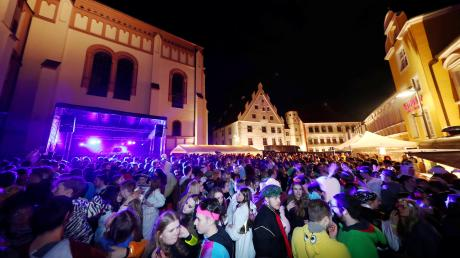 Dicht gedrängt feierten die Maschkerer am Gumpigen Donnerstag vor der Stadtpfarrkirche Mariä Himmelfahrt in Weißenhorn. Bis in die frühen Morgenstunden waren Faschingsfans auch in anderen Teilen der Innenstadt unterwegs – die Polizei schätzt die Gesamtzahl der Besucher auf insgesamt mehr als 8000.