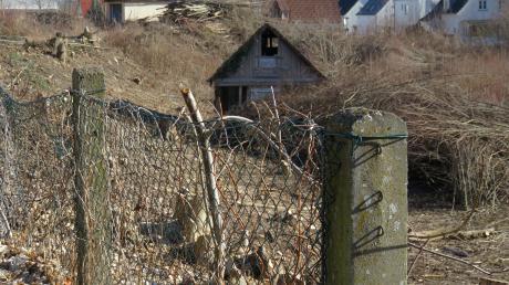 Auf diesem Grundstück an der Ulmer Straße sollen Ein- und Zweifamilienhäuser gebaut werden. Doch sind sich Gemeinde und Bauherr noch nicht einig.