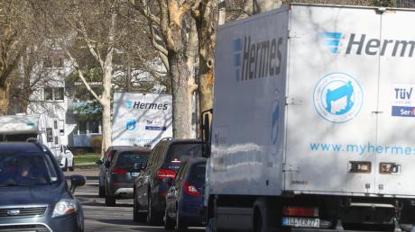 Parkende Lastwagen sind aus Sicht von Anwohnern in Offenhausen eine Gefahr. Die Stadt hat keine Lösung für das Problem parat.