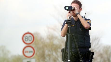 Beim Blitzermarathon kontrollierte die Polizei am Mittwoch verstärkt die Geschwindigkeit an den Straßen im Landkreis. Kai Gruber blitzte gemeinsam mit zwei Kollegen innerhalb einer Stunde insgesamt zehn Temposünder an der Landstraße bei Gerlenhofen – denn hier gilt Tempo 80 statt der üblichen 100.