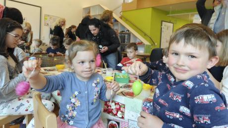 Ein buntes Programm, bei dem die Besucher (wie im Bild Anni und Benedikt) Ostereier bemalen durften, stellte das Team des Witzighauser Kindergartens zusammen.