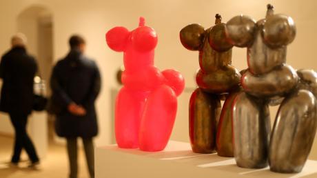 Aus Ballons geformt – aber mit der Wirkung prähistorischer Kultobjekte: drei Arbeiten von Fabian Vogler in Roggenburg.