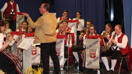 Der Musikverein Kadeltshofen um Dirigent Peter Schröpper begeisterte die Zuhörer beim Frühjahrskonzert in der Aula der Hermann-Köhl-Schule.