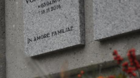 Ein Bild aus dem Jahr 2016: Blumen liegen vor dem Grab des ermordeten Kickboxers.