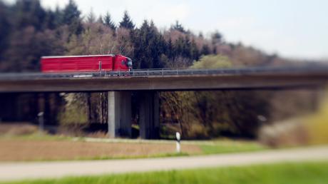 Die Brücke der A7 steht zwischen Witzighausen und Wullenstetten. Das Bauwerk ist in die Jahre gekommen und muss bald erneuert werden. Im Rahmen des A7-Ausbaus soll dies passieren – die Planung ist komplex.
