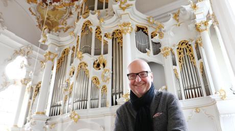"""Pater Stefan Kling mit seinem """"Baby"""": Der Roggenburger Prior spielt die Orgel nicht nur, er hat sie auch mit aufgebaut (Bild links). Das Instrument besitzt ein komplexes Innenleben (Bild rechts unten) und 59, teils ungewöhnliche Register."""