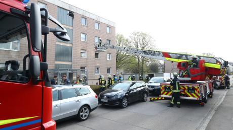 Mit einer Drehleiter holte die Feuerwehr Bewohner aus dem Gebäude.
