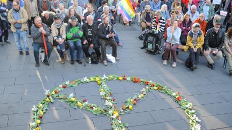 Ein Peace-Zeichen aus Blumen schmückte den Hans-und-Sophie-Scholl-Platz bei der Schlusskundgebung.