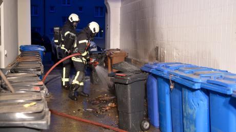 In Adelzhausen fängt eine Mülltonne Feuer. (Symbolfoto)
