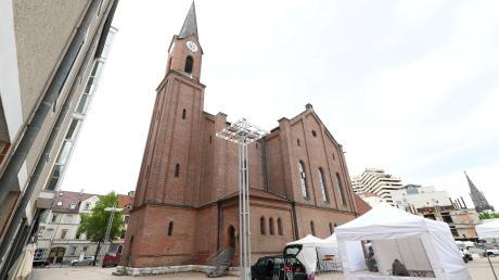 Die evangelische Petruskirche in der Neu-Ulmer Innenstadt wurde nach dem Zweiten Weltkrieg wiederaufgebaut und erweitert. Dazu gehörten zwei neue Tore mit Bronzereliefs, die ihre eigene Bedeutung haben.
