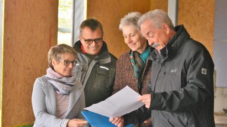 Sabine und Rico Penski, Inge Sälzle-Ranz und Reinhold Ranz vom Arbeitskreis Dorfladen Witzighausen haben den Lageplan für den Dorfladen im Blick.