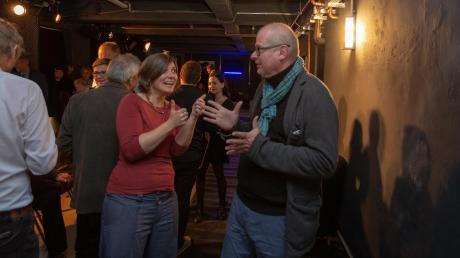 """Endlich wieder eine Spielstätte: AdK-Schulleiter Ralf Rainer Reimann (rechts) und Geschäftsführerin Lisa Dietrich feiern in der """"Black Box""""."""