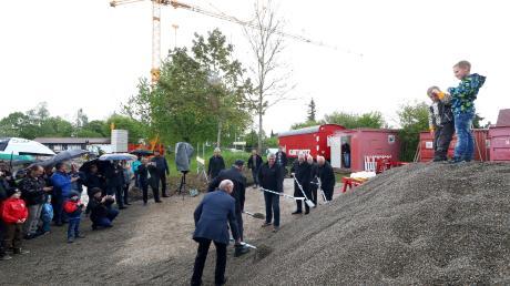 In Gerlenhofen war am Freitagnachmittag Spatenstich für die neue Mehrzweckhalle. Sie soll bis September 2020 in Betrieb genommen werden.