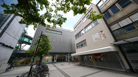 Der Blick von Süden auf das Haus Deutschhausgasse 9: Das Gebäude rechts an der Ecke wird abgerissen, ein Hotel zieht in den Nachfolger-Bau. Dieser wird so hoch wie die Galeria-Kaufhof-Filiale gegenüber (Bildmitte) und rund fünf Meter niedriger als das Parkhaus Deutschhaus (links im Bild).