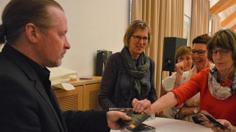 Joey Kelly schreibt nach seinem Vortrag in Roggenburg Autogramme.