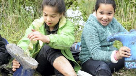 Unerschrocken: Aleyna (links) und Damla sind knietief im Matsch des Fischerweihers versunken. Interessant sei es trotzdem gewesen, die Natur hautnah erleben zu dürfen.