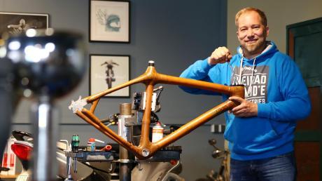 """Ein Ex-Rennfahrer mit seinem neuen Lieblingsgefährt: Sascha Schmid vertreibt Fahrräder, deren Rahmen aus Bambus in Ghana gefertigt werden. Ab Juli hat die """"Zweirad Schmid'e"""" auch Elektro-Scooter im Angebot."""