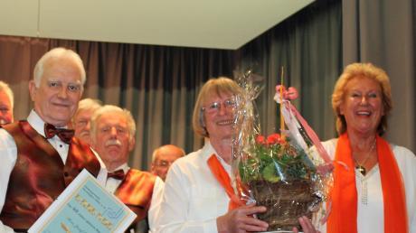 Bei den Ehrungen: (von links): Josef Ernst (40 Jahre), Martha Walenta (zehn Jahre) und Vorsitzende Elli Beschorner.