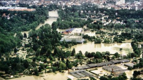 Dramatische Lage in der Neu-Ulmer Innenstadt: Das frühere Erlebnisbad Atlantis, das heutige Donaubad, (Bildmitte) musste beim Pfingsthochwasser 1999 evakuiert werden.