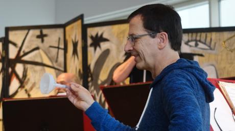 Trichter plus Schlauch – das einfachste Blasinstrument der Welt. Moderator Albrecht Schmid hatte viel Interessantes zu erzählen.