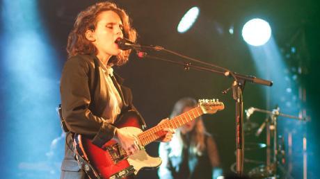 Sie hat viel zu sagen – lässt aber ihre Songs sprechen: Anna Calvi bei ihrem Konzert im Ulmer Zelt.