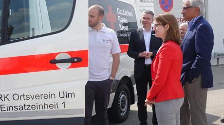 Ronja Kemmer und Gunter Czisch begutachten das Fahrzeug.