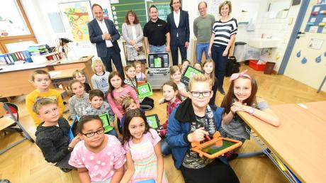 Schüler der Grundschule Offenhausen arbeiten dank einer Spende jetzt im Unterricht auch auf dem Tablett.