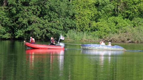 Nachdem ein erster Rettungsversuch des Bootsverleihers gescheitert war, zogen Helfer der Wasserwacht Krumbach am Freitagabend das Tretboot aus dem Schilf des Roggenburger Weihers.