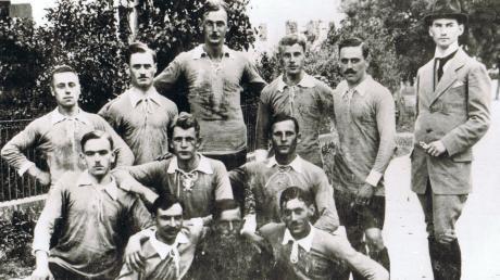 Die Gründungsmannschaft des FV Senden, der damals noch kurze Zeit als Abteilung im größeren TV Senden existierte. In diesem Jahr können die Sportler ihr 100-Jähriges feiern.
