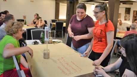 Einige Jugendliche kamen zum Workshop nach Roggenburg. Auf dem Bild sind im Vordergrund die Jugendlichen Lena, Bianca und Lisa aus Unterroth zu sehen.