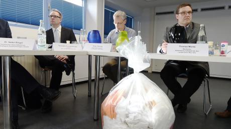 """In solchen Tüten wird das immer noch leicht strahlende """"freigemessene"""" Material aus dem Kernkraftwerk Gundremmingen nach Weißenhorn geliefert. Das Bild entstand bei einem Pressetermin im Februar."""