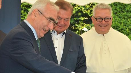 Theo Waigel bei der Taufe des ihm gewidmeten Efeus. Mit im Bild Dehner-Bereichsleiter Wolfgang Graeser und Pater Roman Löschinger.