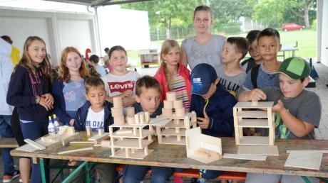 Mit Modellen aus Sperrholz haben die Buben und Mädchen Zukunftshäuser gebaut. Ökologisch und sozial soll das Zusammenleben von Morgen sein.