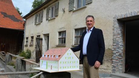Hinten das marode Haus aus dem 18. Jahrhundert, vorne das Modell für das sanierte Gebäude: Unternehmer Joachim Lang hat große Pläne für einen stillgelegten Bauernhof im Roggenburger Ortsteil Unteregg.