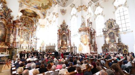 Die Klosterkirche Mariä Himmelfahrt in Roggenburg ist einer der Hauptanziehungspunkte für Touristen im Landkreis Neu-Ulm.