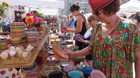 Bunt und verspielt präsentierte sich der Töpfermarkt auf dem Petrusplatz. Bei strahlendem Sonnenschein war am Samstag viel los. Am Sonntag hatten viele Geschäfte in Neu-Ulm auf und lockten Besucher mit einem bunten Programm.